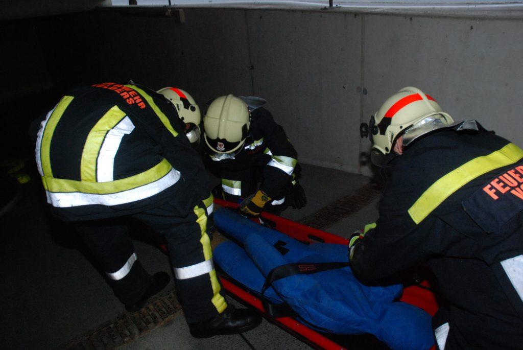 Verletzte Person wird auf der Korbtrage transportiert